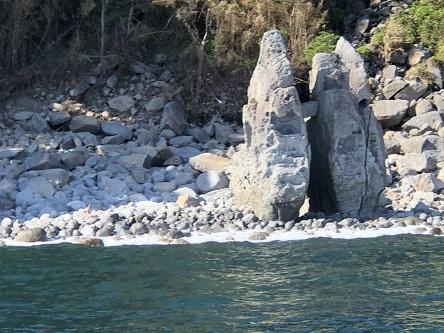 今では海からしか見る事ができない 奇岩「はさみ石」 隣町と漁場の争いをするのを見かねて天城山の天狗さまが、境界線をつくったという伝説が残ります
